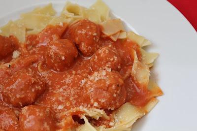 Pulpeciki w sosie pomidorowym z makaronem