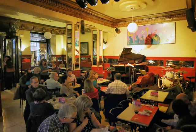 CAFÉ CENTRAL, perspectiva de sala y escenario