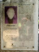 Cartell informatiu de Mossèn Pere Ribot a l'entrada de l'església de Sant Martí