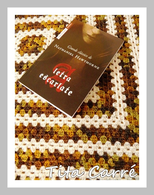 Mini colcha em crochet  de squares  com a letra Escarlate