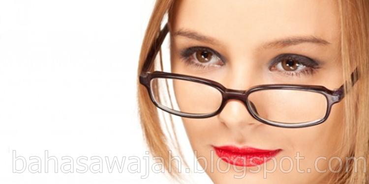 6 Kepribadian Orang dari Cara Memakai Kacamata, watak, sifat, karakter, orang, wanita, pria, dari cara menggunakan kacamata, cara pakai kacamata, mata, hidung, telinga