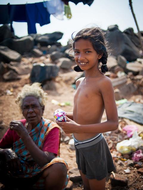 индийская девочка с бабушкой