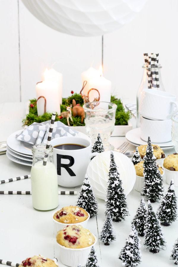 Weihnachtsdekoration für das Adventsfrühstück