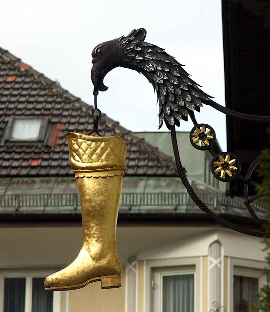 Nas ruas abundavam símbolos que anunciavam lojas ou serviços. Há muitas ainda na Alemanha, como este sapateiro de Mittenwald