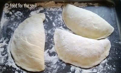 calzoni fritti con ripieno alla salentina (mozzarella e pomodoro)