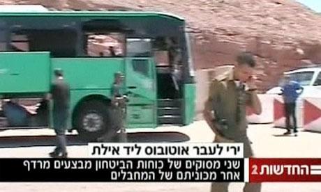 3 jongens gooide stenen naar bussen