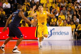 Óscar Alvarado bota el balón durante el encuentro. Fue uno de los mejores. ACB PHOTO