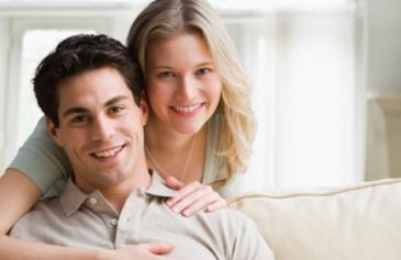 أيهم أفضل الزواج عن حب ام زواج الصالونات - امرأة تحتضن رجل حبيبها - woman hugging man