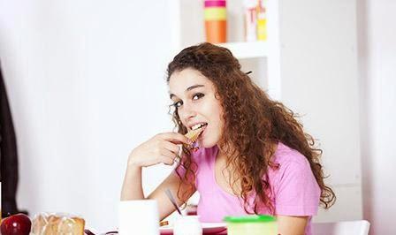 أطعمة لذيذة تساعدك على التركيز خلال الامتحانات  - فتاة بنت تأكل امرأة - woman girl eat