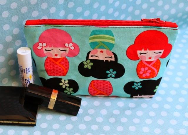 """make-up bag con tela de muñequitas japonesas """"Kokeshi"""", handmade por Funkypatch"""