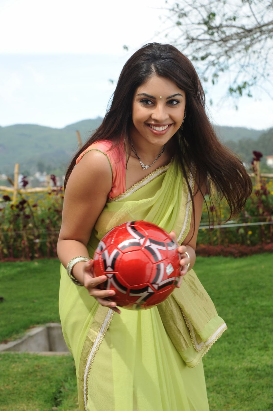 Blooming Richa gangopadhyay playing in saree