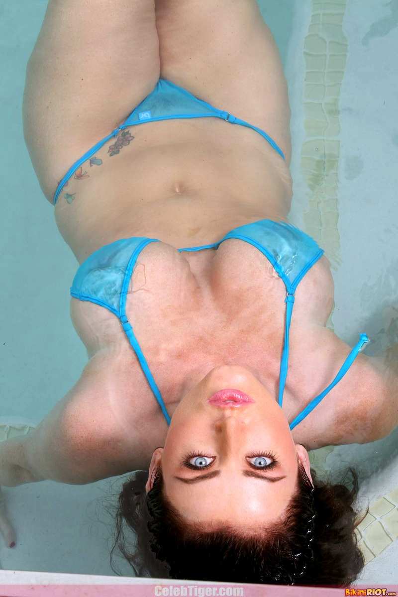 Busty+Babe+Sophie+Dee+Wet+In+Pool+Taking+Off+Her+Blue+Bikini+Posing+Naked www.CelebTiger.com 31 Busty Babe Sophie Dee Wet In Pool Taking Off Her Blue Bikini Posing Naked HQ Photos
