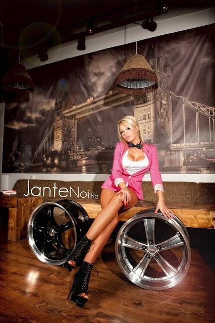 девушка рекламирует автомобильный титановый диск