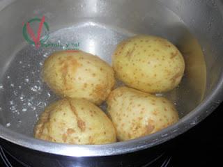 Cocer las patatas con piel.