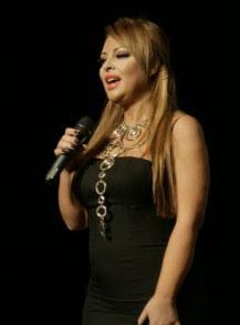 Попфолк певицата Ивана изненада феновете си с нова визия като блондинка.
