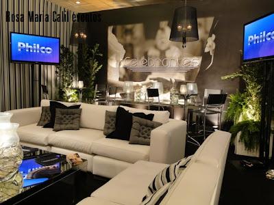 ambiente imponente e acolhedor, sofá branco, mesa centro espelho, almofadas preta cinza e listradas
