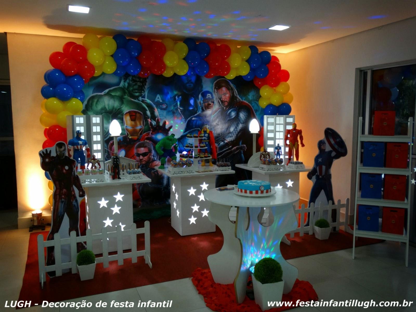 decoração provençal com mesas vazadas e iluminadas - mesa temática dos Vingadores