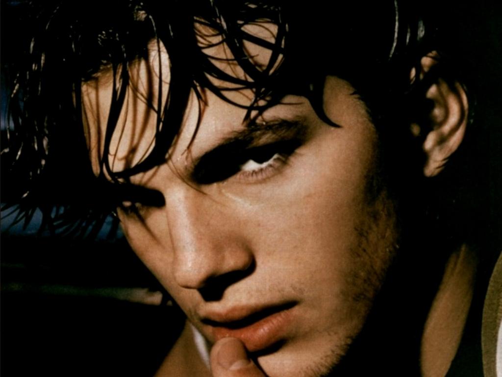 http://4.bp.blogspot.com/-y-3fPhFLpHI/T5leweqrqfI/AAAAAAAAADc/FO9GJQ_3V3c/s1600/Ashton+Kutcher+wallpapers+4.jpg