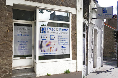 Enseigne vitrophanie microperforé avec mat lumineux pour Pilet et Pierre à Nantes