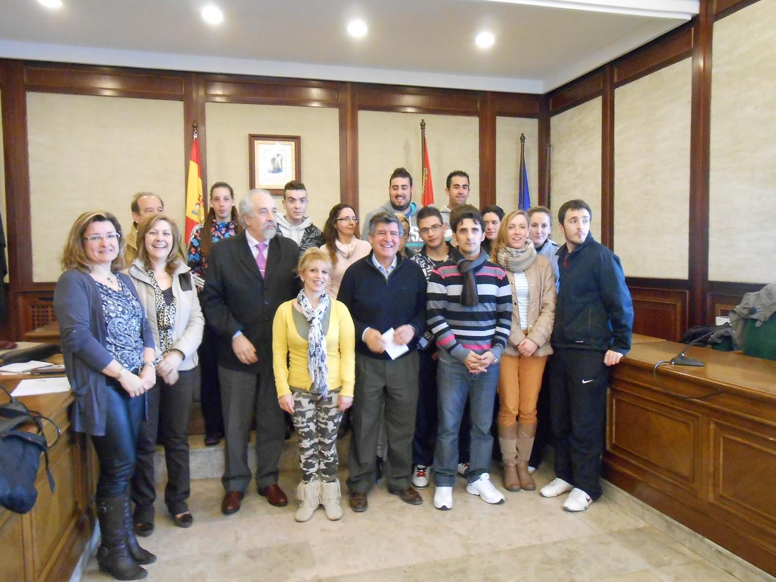 alumnos, docentes y concejales del ayuntamiento de Bejar en el programa DUAL