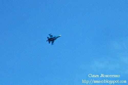 военный самолет в небе