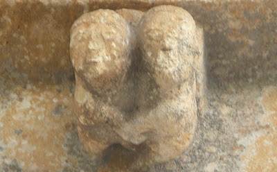 canecillo románico formado por una pareja que entrelaza las manos