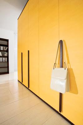 habitación juvenil chocolate con amarillo