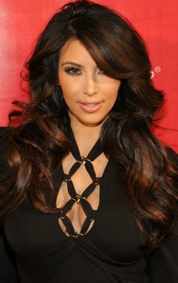 Kim Kardashian con cabello castaño y flequillo