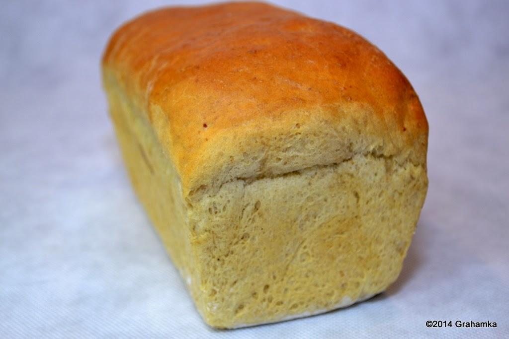 Chleb wyjęty ze stalowej foremki.