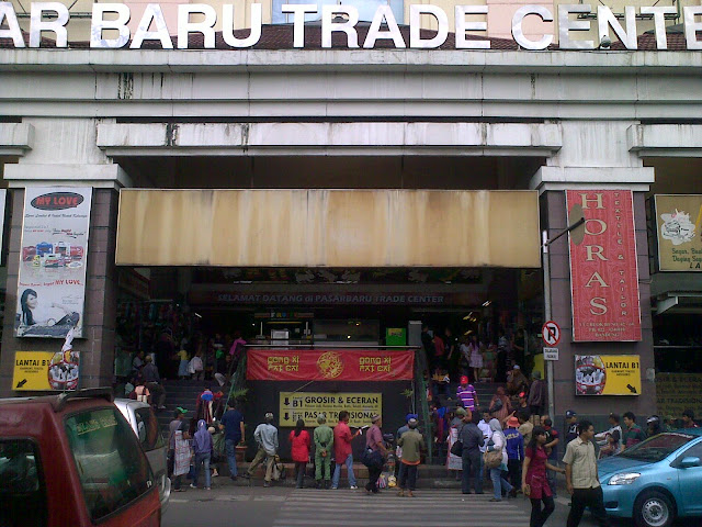 بازار بارو في جاكارتا المقصد التجاري الأول للذين لا يستطيعون الحصول على الماركات التجارية العالمية الأصلية