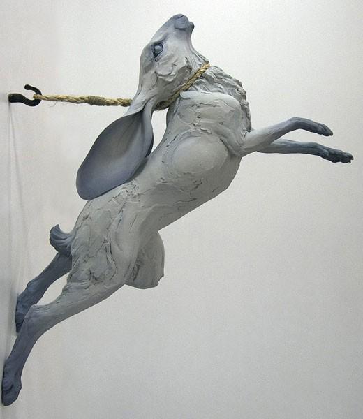 Hare springer fra væg, med snor (løkke) om halsen