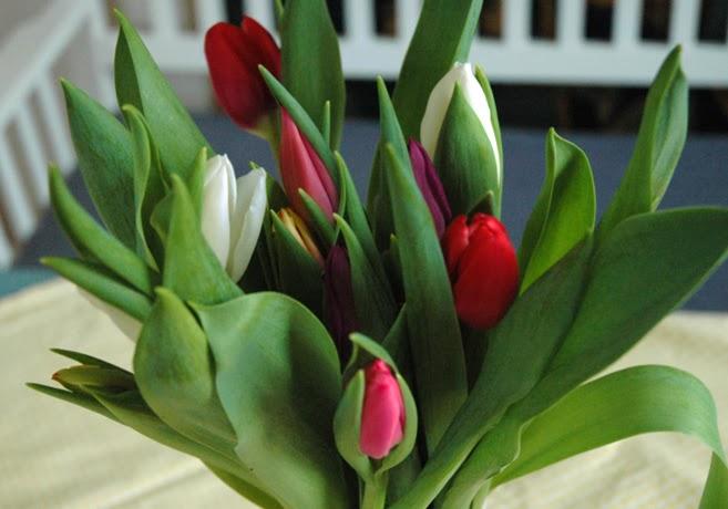 En bukett med tulpaner i blandade färger.