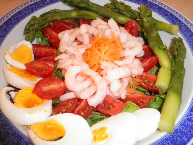 insalatona di asparagi, uova e gamberetti