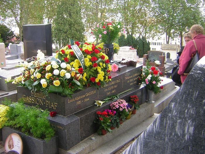 """This event gave the results: by the 1824 number of """"clients"""" Père Lachaise has increased to 33 million. Throughout the whole two centuries buried in the cemetery's most famous figures of culture and science, who have made a significant contribution to the history of France. At this point in the Pere Lachaise cemetery in Paris, buried more than a million people, not including those whose ashes are stored in the columbarium."""