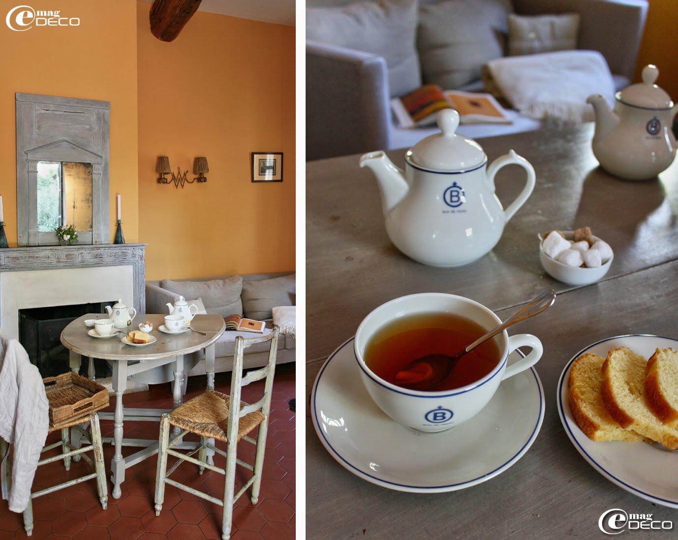 Petit goûter improvisé dans le salon de la suite du pigeonnier au Mas de Peint, hôtel en Camargue