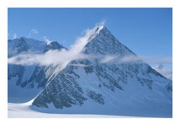 Tres piramides en la Antartida