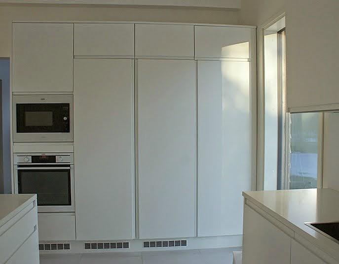 valkoinen keittiö, minimalistine, moderni
