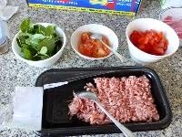 材料: 豬絞肉 300g、番茄(大) 1個、九層塔 適量  調味料: 魚露1大匙、米酒 1/2小匙、雞粉(or柴魚粉)1/4小匙、糖1/4小匙、檸檬葉1片、紅蔥頭末(油蔥) 2辦、蒜頭2辦、乾辣椒 少許、香茅粉 (可省略)