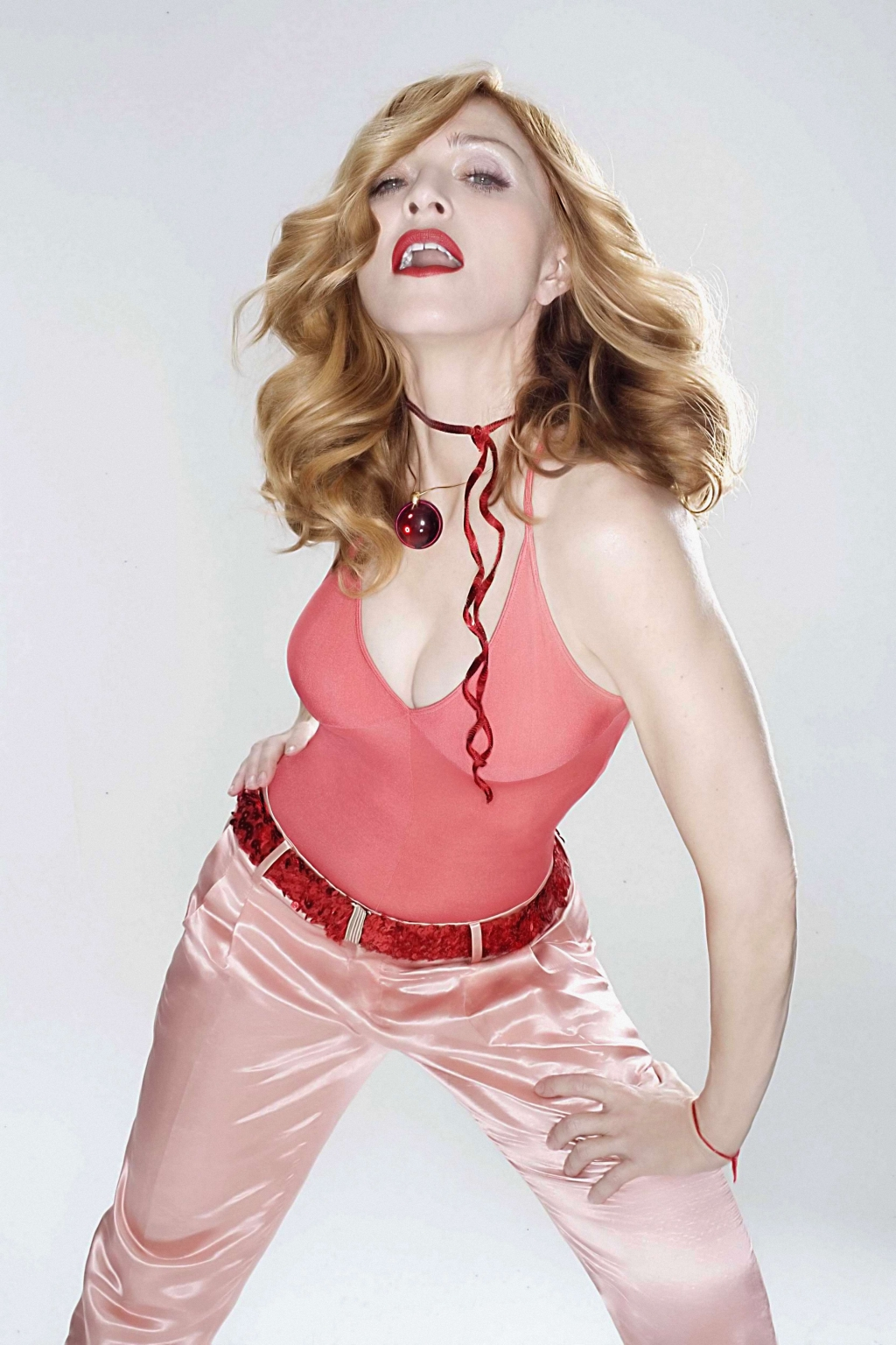 http://4.bp.blogspot.com/-y5VgRmEfUco/UGdkhF8cdBI/AAAAAAAABoM/guXzjGWERbo/s1600/madonna-in-shirred-sleeveless-with-satin-belted-pants-person-photo-u1.jpg