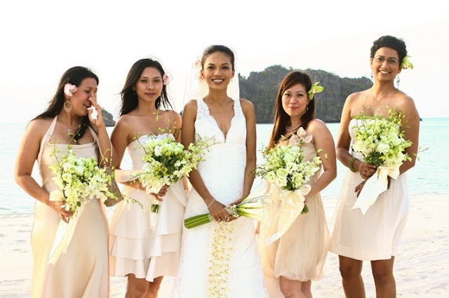 bouquet of calla lilies beach