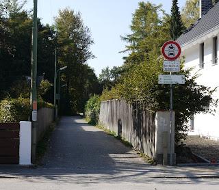 Beginn des Rad- und Fußwegs Richtung Starnberg, Leutstetten und Buchendorf am Ende der Maxhofstraße in München-Fürstenried