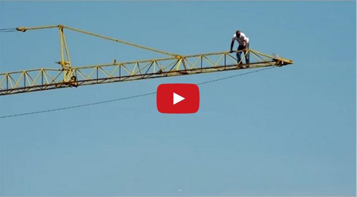 فيديو عامل مسلم يصلي في أعلى رافعة برجية