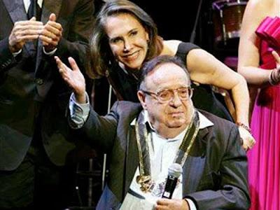 Chespirito llega en silla de ruedas, con traje negro y tanque de oxígeno a su homenaje