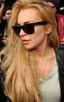 A rich fan gifts necklace to Lindsay Lohan