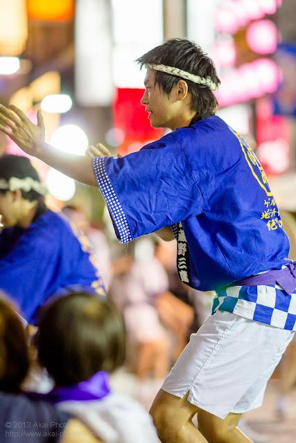 三鷹阿波踊り JCNの法被を着た男性の男踊り