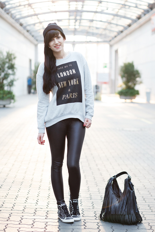 Outfit Berlinstyle Outfit Fashion Beanie Oversize Sneakers Rock the Blog Hannover Fashionblogger Streetstyle Lederleggins Sweater Grau Fransentasche Sneakers mit Nieten