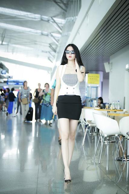 """Sau khi ra mắt thương hiệu thời trang riêng, sân bay còn là nơi giúp Ngọc Trinh """"quảng bá"""" những mẫu sản phẩm mới do cô đóng vai trò điều hành sản xuất."""