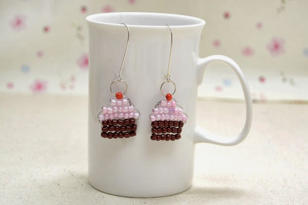 http://lc.pandahall.com/articles/1756-free-patterns-for-making-cute-cupcake-earring-with-wire-and-seed-beads.html