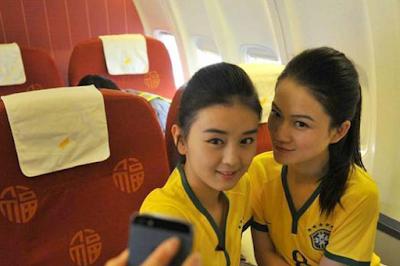 Pramugari Tiongkong Meriahkan Piala Dunia Dengan Memakai seragam Brazil dan Rok Mini