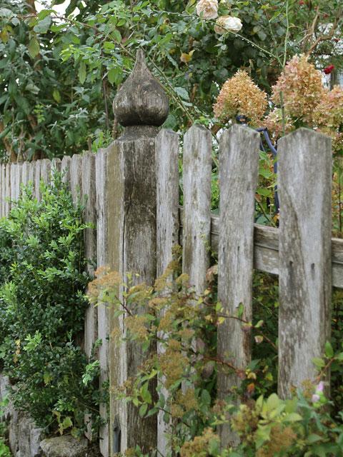 Gartenzaun Holz Bauerngarten ~   Gestaltung der Zaunsäule fand ich in einem Bauerngarten im Oberland